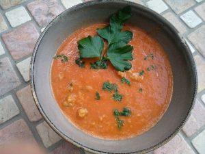 Tomaten-Pfirsich-Suppe mit Grünkernklößchen