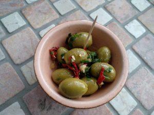 Marinierte grüne Oliven mit Salzzitronen