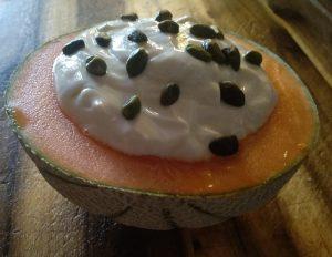 Zuckermelone mit Honig-Joghurt