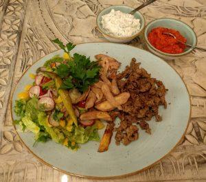 Lamm-Schawarma mit Pommes, Salat, Tzatziki und Ajvar