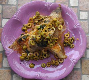 Rochenflügel mit Zitronen und Oliven