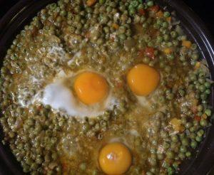 Erbsentagine mit Eiern