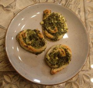 Blätterteigschnecken mit Spinat und Schafskäse