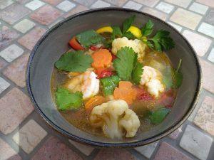 Gemüsesuppe mit Garnelen aus dem Wok