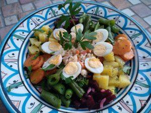 Marokkanischer Salatteller: Reissalat mit Krabben, Möhrensalat, Bohnensalat, Rote-Bete-Salat und Kartoffelsalat