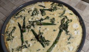 Quiche mit grünem Spargel und wildem Brokkoli