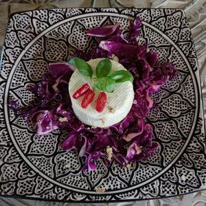 Gebackener Schafskäse auf rotem Spitzkohlsalat